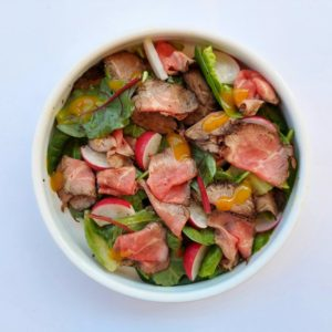 Salad with roast beef and mango dressing