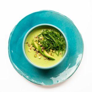 Холодный крем-суп из зеленого горошка и авокадо